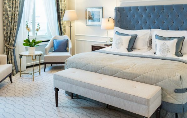 modern sofas 7 Decorating Tips For Putting Modern Sofas In A Bedroom featured image 1 600x380